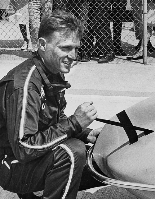 Dan Gurney removes his rookie stripes at Indy, 1962. (UPI)
