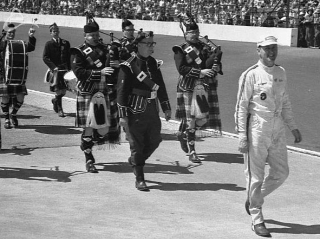 Eddie Sachs leads the Gordon Pipers down the front straight, 1963. (Johnson)