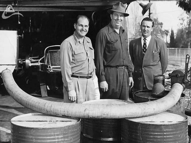 Smooth fuel hoses are nothing new. They just never called it cheating back in the old days! Rex Mays, Bud Winfield, Duke Nalon show off their new creation that will speed refueling. (Photographer Unknown)